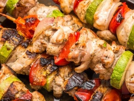 Пилешки шишчета със зеленчуци - лук, тиквичка и чери домати - снимка на рецептата